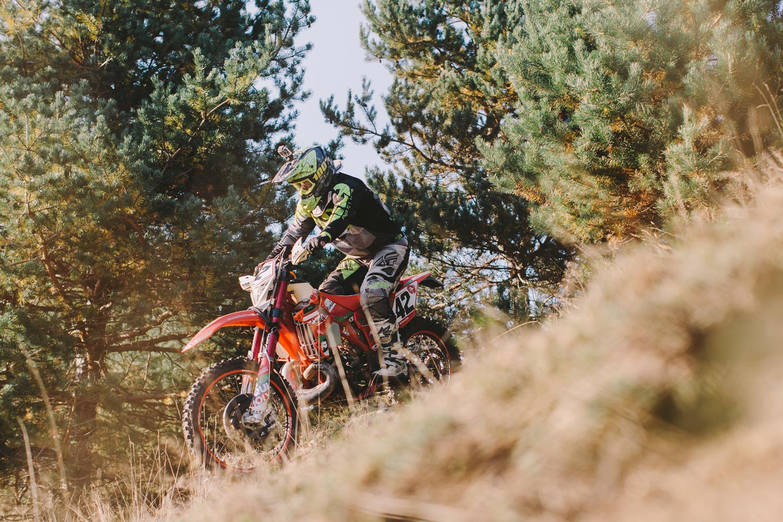 Beta RR faehrt im Wald bergab